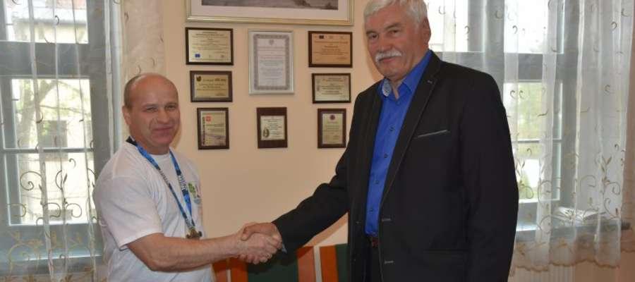 Mistrz Polski MASTERS odbiera gratulacje od wójta Franciszka Andruszkiewicza.