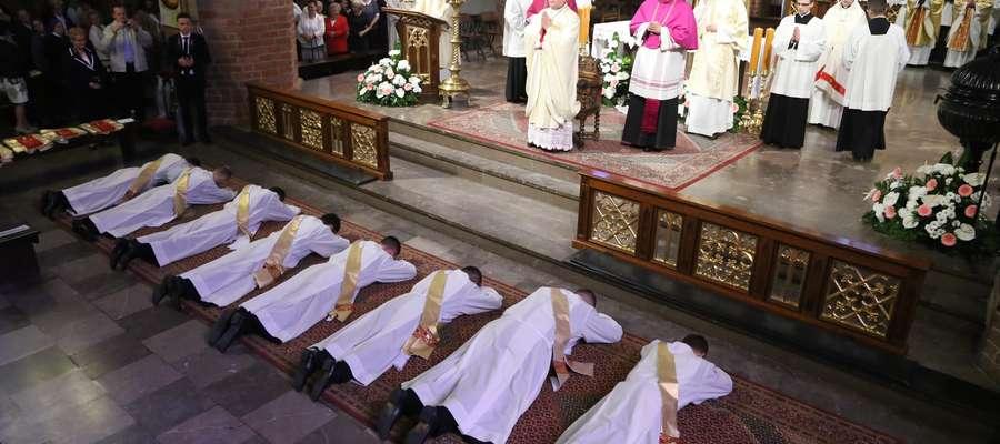 Coraz mniej młodych ludzi chce być księdzem
