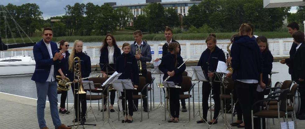 Młodzieżowa Orkiestra Dęta z Iławy grała już koncert w porcie latem ubiegłego roku - full image