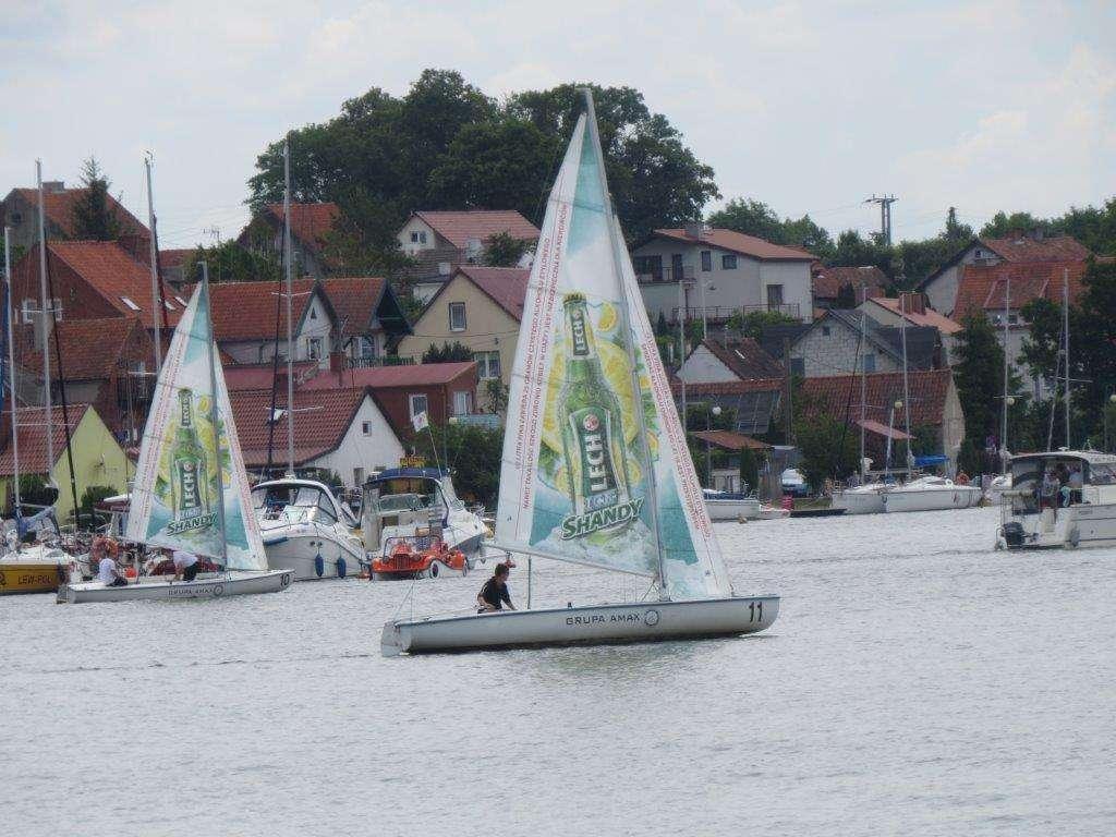 Coraz więcej jachtów odbija od kei w Mikołajkach - full image