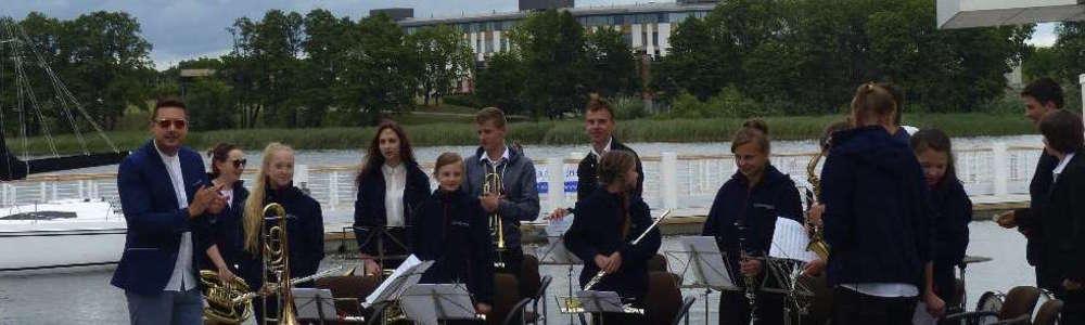 Młodzieżowa Orkiestra Dęta z Iławy grała już koncert w porcie latem ubiegłego roku