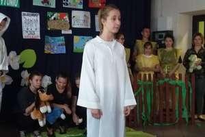 Wolontariusze przedstawili inscenizację bajki dla dzieciaków