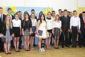 Uroczyste pożegnanie gimnazjalistów w szkole w Kazanicach