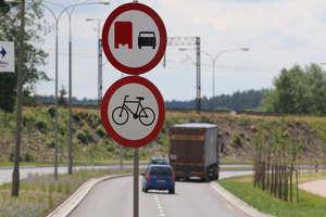 Ciężarówki w Olsztynie nie wyprzedzą. Drogowcy zaczęli ustawiać znaki [zdjęcia]