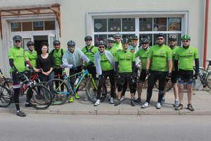 Jadą rowerami z Krynicy Morskiej do Krynicy Zdroju. Zatrzymali się w Bisztynku