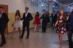 Trzecioklasiści żegnali się ze szkołą podczas uroczystego balu