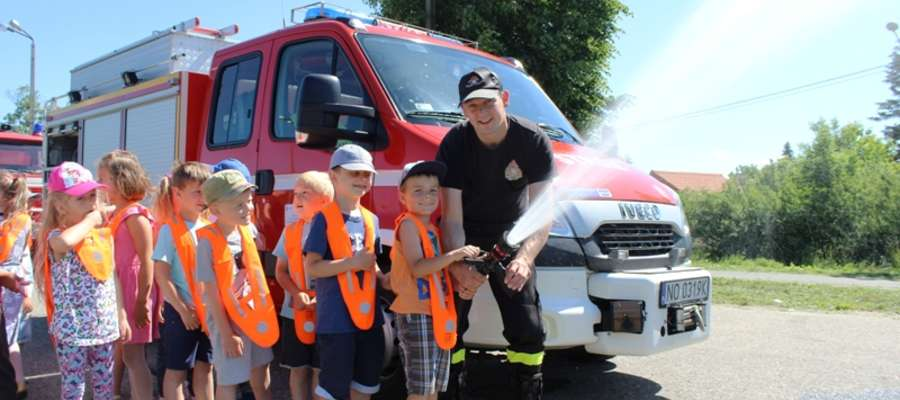Strażacy omówili zasady bezpieczeństwa przeciwpożarowego oraz zaprezentowali sprzęt, który wykorzystują podczas likwidacji zdarzeń