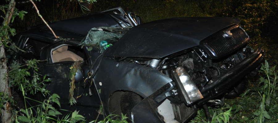 Auto uderzyło w barierę ochronną i stoczyło się do rowu