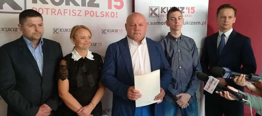 Poseł Andrzej Kobylarz w otoczeniu członków ruchu Kukiz 15