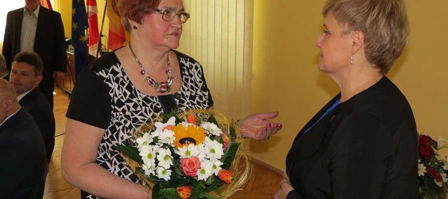 """Zofia Borowska podziękowała wszystkim za współpracę i odebrała także podziękowania od władz i organizacji współpracujących z """"Warmią"""" (na zdjęciu z dyrektor PUP Bożeną Romasz)"""