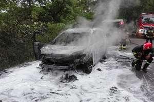 Mazda spłonęła na drodze