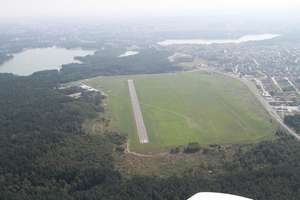 Lotnisko na olsztyńskich Dajtkach nadal nie może wyciąć drzew, które utrudniają starty i lądowania