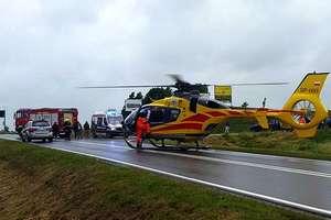 Peugeot zderzył się z ciężarówką. Kierowca osobówki przetransportowany helikopterem do szpitala