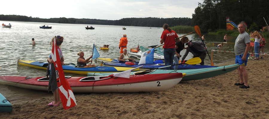 Kajakarze dopłynęli do partęczyńskiej plaży