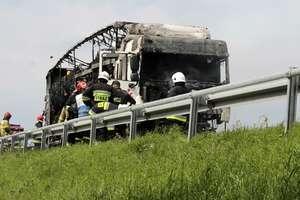 Na krajowej 16 spłonęła ciężarówka z makulaturą. Droga jest nieprzejezdna [ZDJĘCIA]