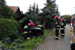 Osobówka uderzyła w przydrożne drzewo. Po ranne dziecko przyleciał śmigłowiec