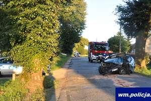 18-letni kierowca vw uderzył w drzewo. Z obrażeniami ciała trafił do szpitala