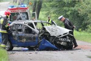 Auto spłonęło po zderzeniu z drzewem