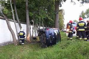 Zasnął za kierownicą i uderzył w drzewo w Galinach