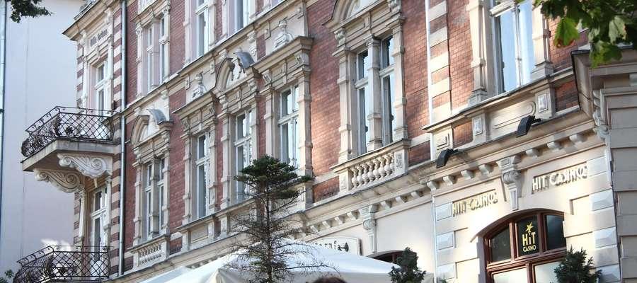 W budynku przy ul. Dąbrowszczaków 10 działa salon gier, który ma się stać legalnym kasynem.