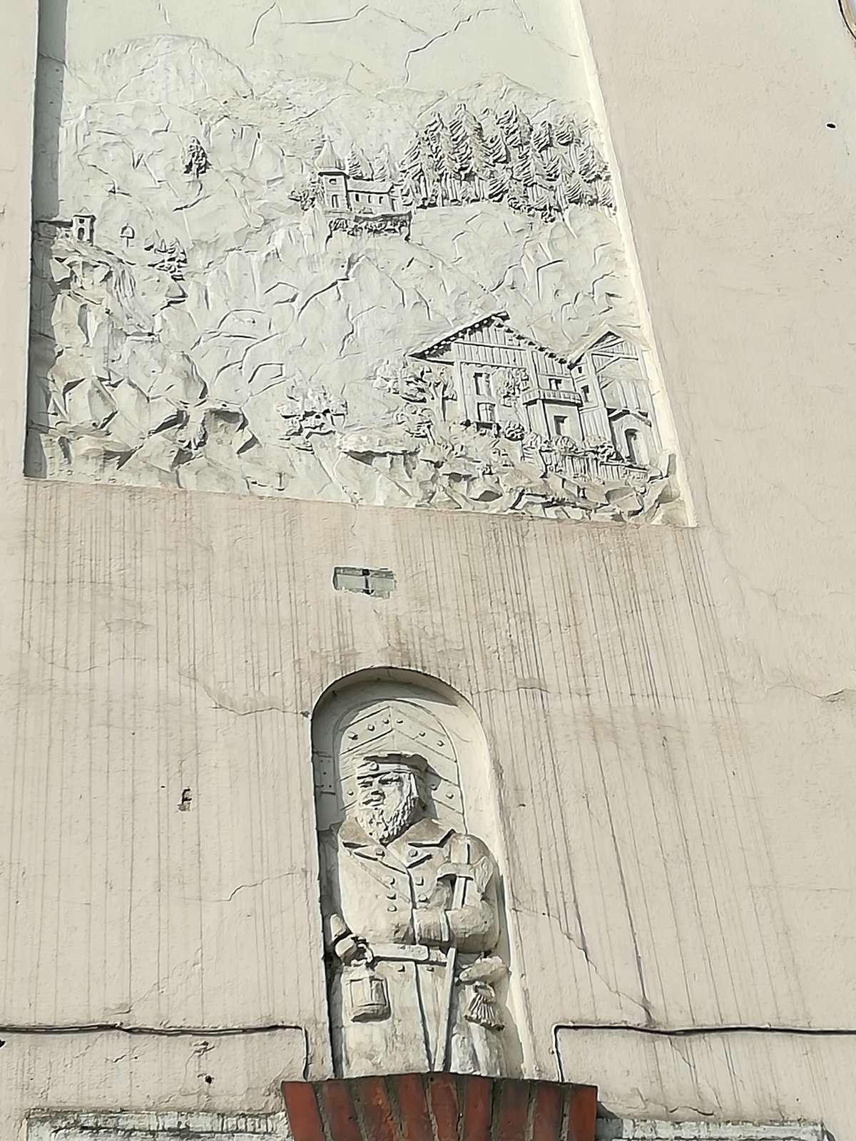 Płaskorzeźby na budynku przy ul. Mickiewicza 27