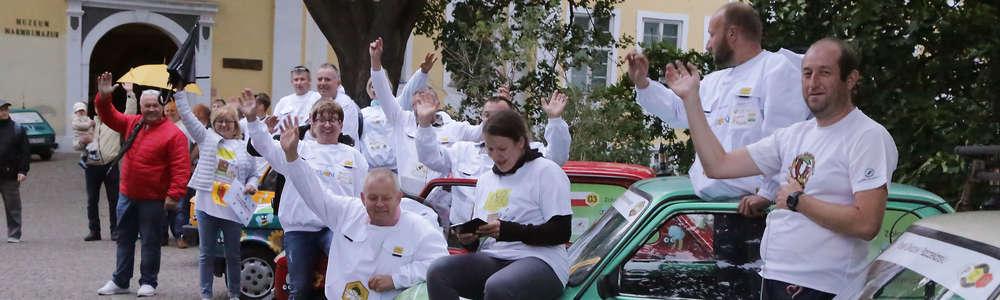 13 maluchów zaparkowało pod zamkiem w Olsztynie [ZDJĘCIA, FILM]