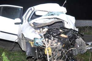 Na prostej drodze uderzyła w drzewo. 45-letnia kobieta zginęła na miejscu