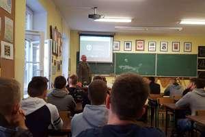 Gość z Akademii Sztuki Wojennej na spotkaniu z uczniami w