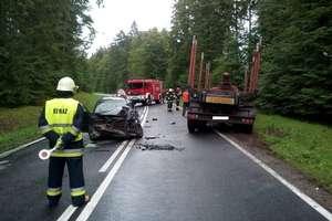 Wypadek na DK 63. Samochód osobowy zderzył się z ciężarowym