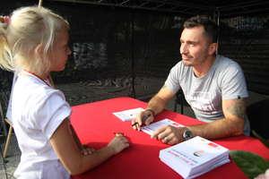 Bieg z gwiazdą: Marek Saganowski rozdawał autografy, a jego żona Kamila biegła z innymi