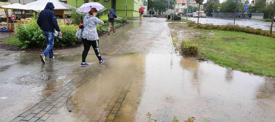 Krzywy chodnik Partyzantów  Olsztyn-krzywo i niedbale ułożony chodnik na Partyzantów koło Dekady