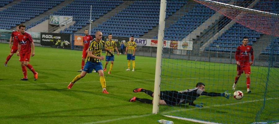 W 80. min Kamil Zlewski (z lewej) ustalił wynik meczu na 6:1 dla Sokoła Ostróda