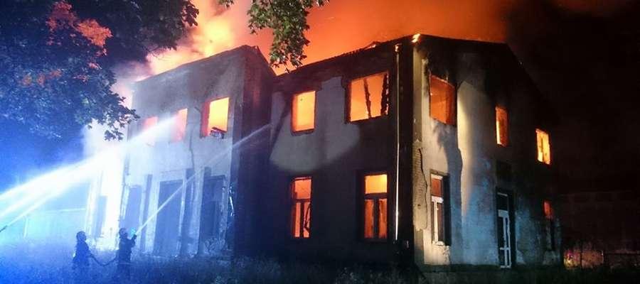 Budynek po dawnej cukrowni stanął w ogniu w nocy.