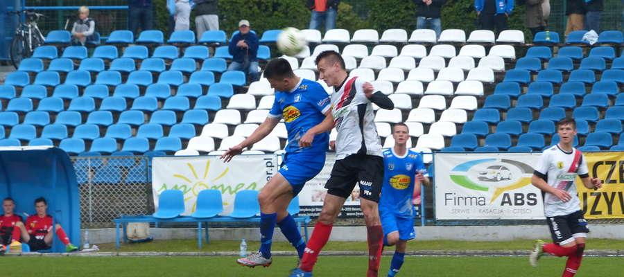 O piłkę w trakcie meczu z Huraganem Morąg walczy Łukasz Suchocki (niebieski strój)