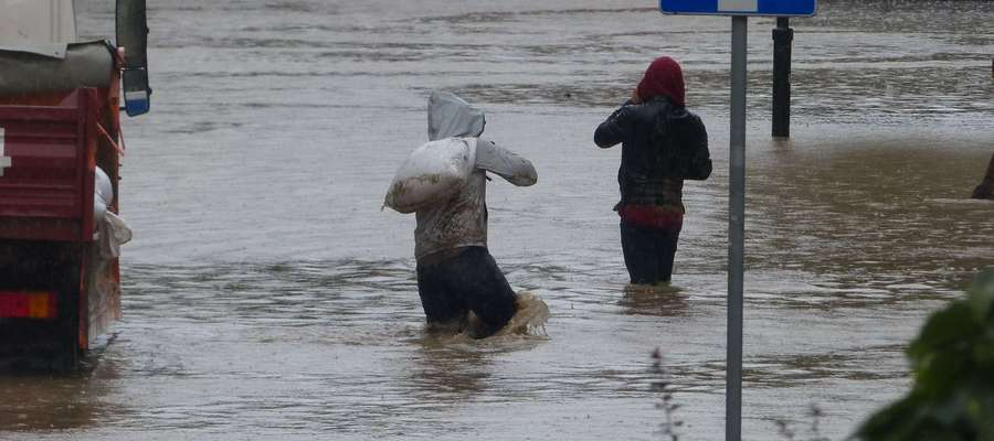 Ulica Związku Jaszczurczego w Elblągu w poniedziałek znalazła się pod wodą