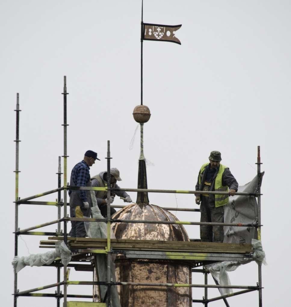 Kapsułę zamontowano w miedzianej kuli na wieżyczce budynku Gimnazjum w muzeum