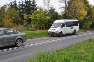 Utrudnienia na wylocie z Bartoszyc. Bus wjechał w osobówkę. Dwie osoby ranne