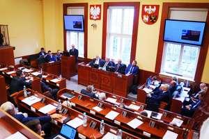 Sejmik: PiS w sondażach ma tyle samo głosów, co PO i PSL razem