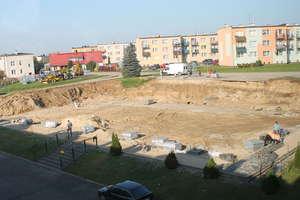Przy dawnym gimnazjum w Lubawie powstaje wielofunkcyjne boisko