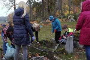 Krawczyki. Szkolni wolontariusze pamiętają o zmarłych
