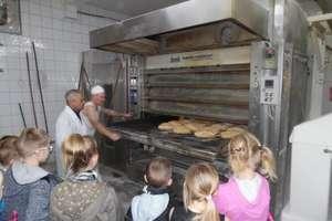 Uczniowie dowiedzieli się jak się piecze chleb
