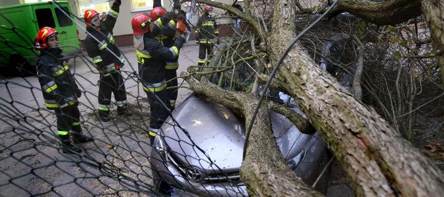 Wichura  Olsztyn-wichura na d Olsztynem,  przy ul. Żołnierskiej drzewo spadło na zaparkowaną toyotę. Na szczęście nikogo nie było w środku.