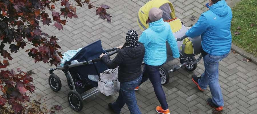 Ilustracja Matka wózek  Olsztyn-mama i tata na spacerze ilustracja