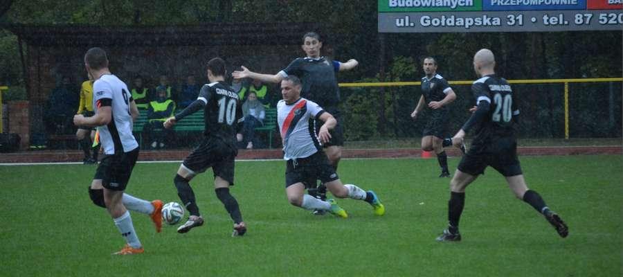 Pierwsza połowa meczu Czarnych Olecko z Łyną Sępopol toczyła się w strugach deszczu