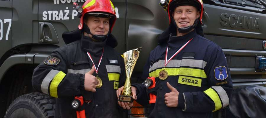 Od lewej: st. pr. Michał Marcinkowski i st. szer. Piotr Kurowicki z pucharem za zwycięstwo w zawodach.