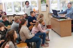 Kinkajmy. Uczniowie spotkali się z poetą Tomaszem Matuszewskim