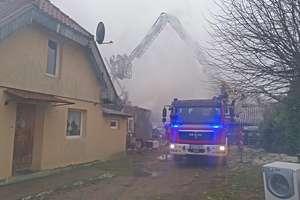 Strażacy przez trzy godziny gasili pożar domu w Szyldaku