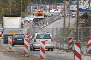 Droga przez błoto i slalom między ciężarówkami. Oto, co czeka pieszych na ul. Towarowej w Olsztynie