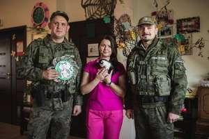 Strażnicy leśni uratowali kocięta porzucone w lesie. Jedno z nich zostało... terapeutą w domu opieki w Olsztynie