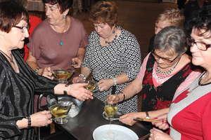 Lanie wosku i koło fortuny na andrzejkach emerytów i rencistów